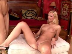 Cindy White, blasser blonder Teenie, genießt ersten Analsex