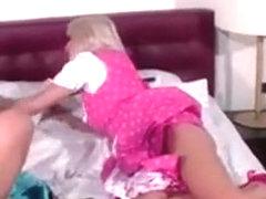 lesbische Hazing spuitenmeisje neuken een enorme lul