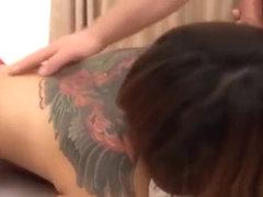 Prachtig Thalandaise vrouw pijpt een eikel